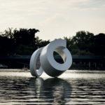 Gömbölyített hurok | 2011 | polyester, üvegszál, vegyestechnika | 300x320x350 cm