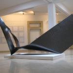 Csapásirány | 2007| grafit, vegyestechnika | 200x450x170 cm